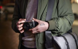 Mann hält Canon EOS M6