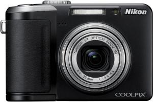 Die Vorderansicht der Nikon Digitalkamera Coolpix  P60 mit Zoomobjektiv